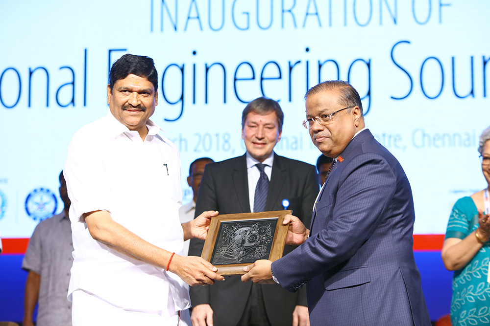 Mr. M.C. Sampath, Minister for Industries,Govt. of Tamil Nadu receiving memento from Mr. Rakesh Shah, Former Chairman and Chairman of Publication, Exhibition and Delegation Committee, EEPC India