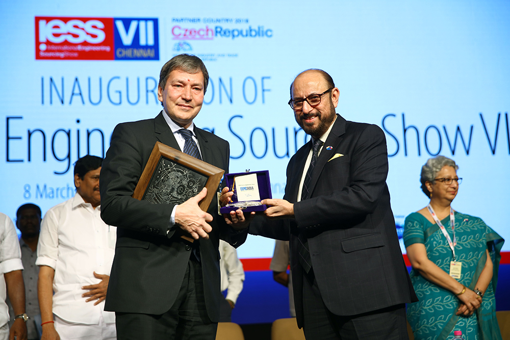 Mr. Tomas Huner, Minister for Industry & Trade, The Czech Republic receiving memento from Mr  Ravi Sehgal, Chairman, EEPC India