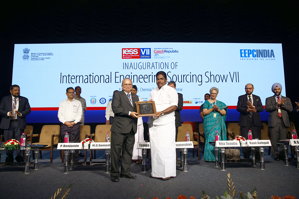 Mr. P. Benjamin, Minister for Rural Industries and MSME,  Govt. of Tamil Nadu receiving memento from Mr. Mahesh K. Desai, Sr. Vice Chairman, EEPC India